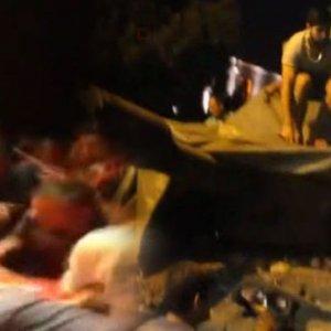 Vatandaşlar tanklara brandayla direndi !