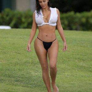Kim Kardashian cüretkar tatiline devam ediyor