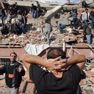 Van depreminde toplanan paraları FETÖ'ye aktarmışlar