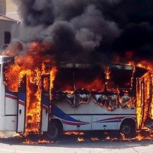PKK köy minibüsünü yaktı !