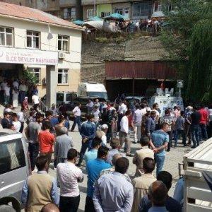 PKK, yol kesip kaçırdı, cansız bedenini de yol kenarına attı !