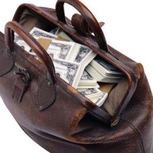 Hava üssü yakınında dolar dolu çanta bulundu