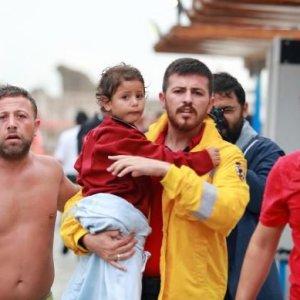 Antalya'da tur teknesi battı, yaralılar var