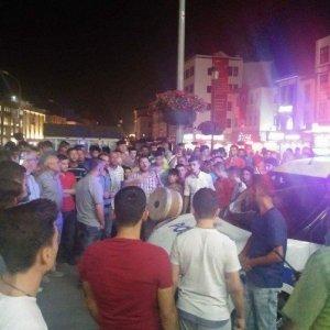 Konya'da elektrikler kesilince bayrağını kapan sokağa çıktı
