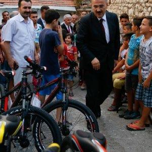 Erdoğan'dan Suriyeli çocuklara hediye