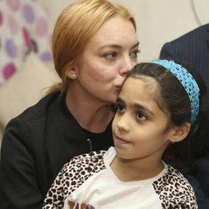 Ünlü yıldız Suriyeli aileyi ziyaret etti