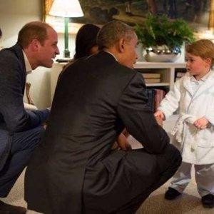 Dünya liderleri onun önünde diz çöküyor