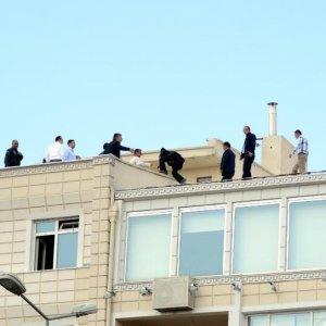İşten çıkarılınca çatıya çıktılar