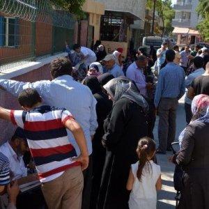 ''Suriyelilere para dağıtılacak'' söylentisi izdiham yarattı
