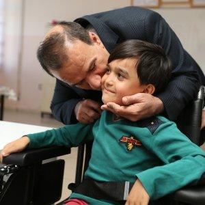 Kas hastası çocuğa akülü sandalye desteği