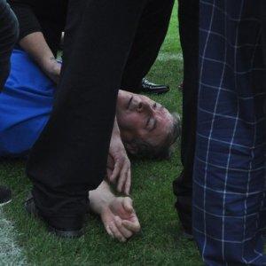 Futbol maçında hoca bir anda yere yığıldı