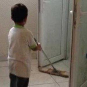 İlkokul öğrencilerine okul tuvaletini temizletiyorlar