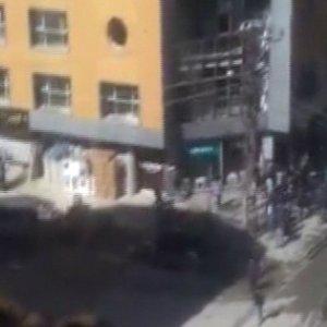 Yüksekova'da polis aracından açılan ateşin görüntüsü