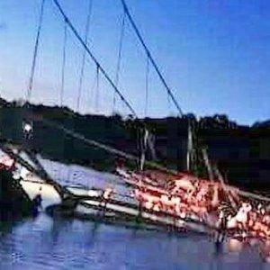 Asma köprü çöktü: 9 kişi öldü