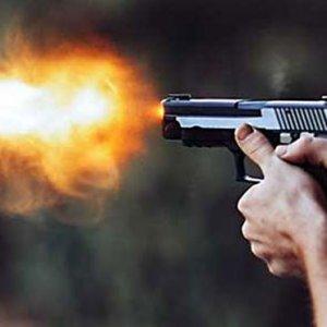 Evine giren hırsızı tabancayla yaraladı