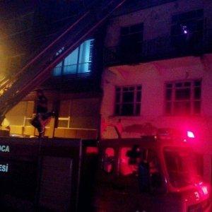 Kullanılmayan bina alev alev yandı