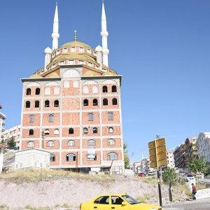 Üstü cami altı apartman
