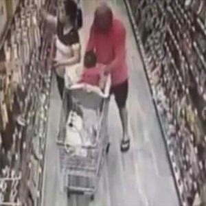 Markette bebek kaçırma girişimi; işte o şoke eden anlar
