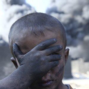 Petrol yangını insanları tehdit ediyor