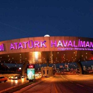 Atatürk Havalimanı'nda şok: Bileklerini kesti
