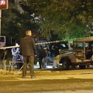 Benzinlikteki zırhlı araca hain saldırı: Yaralılar var