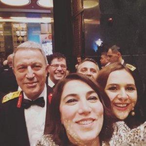 Resepsiyonda Hulusi Akar'la selfie