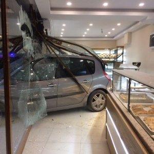 Fırına dalan otomobil dehşet saçtı: 12 yaralı