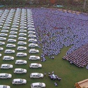 Çalışanlarına yüzlerce ev ve araba verdi !
