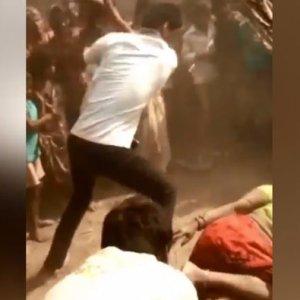 25 erkek kadını sokak ortasında linç etti !