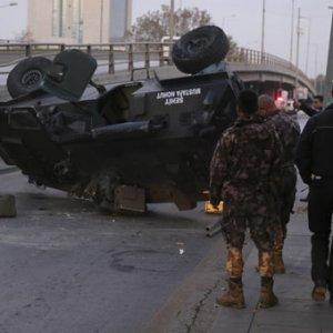 Ankara'da zırhlı polis aracı üst geçitten düştü !