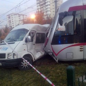 Tramvay, öğrenci servisini biçti