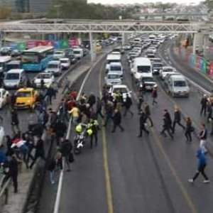 Metrobüs isyanı: Vatandaş E-5'i trafiğe kapattı !