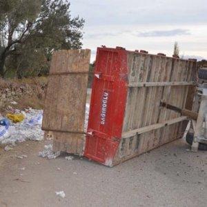 İşçileri taşıyan traktör römorku devrildi: 14 yaralı
