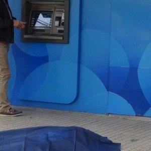 Yerde yatan cenazeye rağmen ATM'den para çektiler