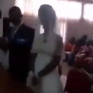Düğünü gelinlikle bastı !