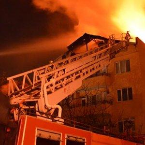 Oğlunu yangından kurtarmak için balkondan attı