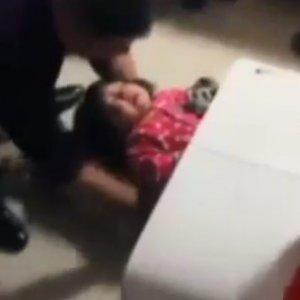 2 yaşındaki kız çamaşır makinesine sıkıştı