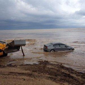 İzmir'de araçlar denize sürüklendi