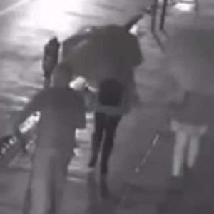 Sokak ortasında gasp dehşeti kamerada
