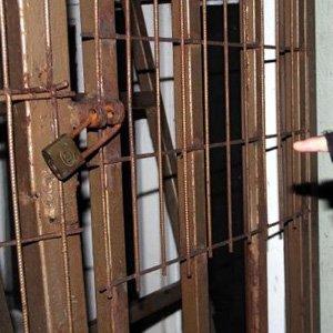 Asma kilit 2 yurt yöneticisini işinden etti