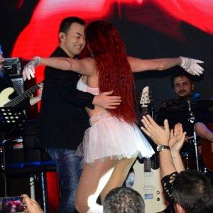Serdar Ortaç'ın dansçı kızla şovu olay oldu