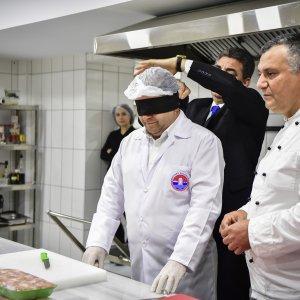 Başkan Kılıç gözlerini kapatıp, yemek yaptı