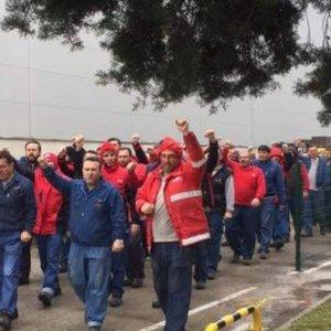2.200 fabrika işçisi greve gitti !