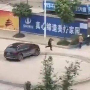 Alacaklı adam aracıyla ortalığı birbirine kattı