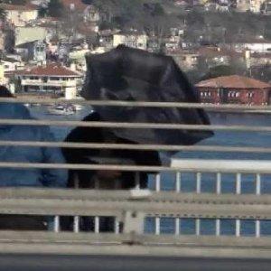 Şemsiyeyle köprüden atlamaya kalktı