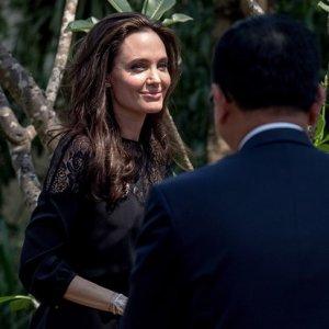 Angelina Jolie çocuklarıyla birlikte akrep ve örümcek yedi