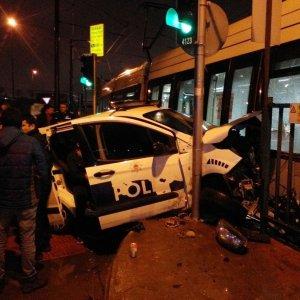 Tramvay ile polis aracı çarpıştı