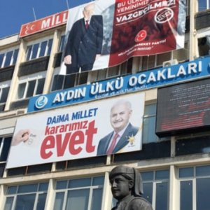 Ülkücüler Başbakan'ın pankartını astı