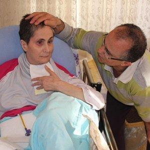 Alzaymır hastası 40 yıllık eşini enjektörle besliyor