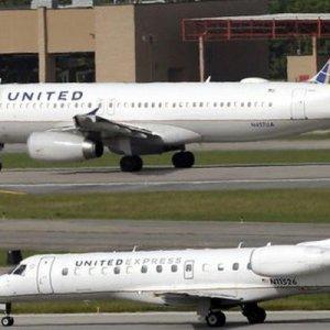 Skandal ! Tayt giydiler diye uçağa binemediler